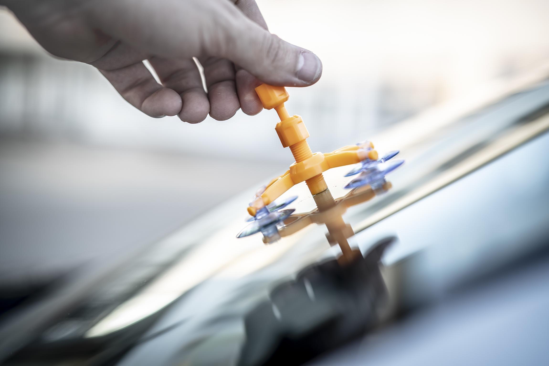 Reparatur eines Steinschlags in der Frontscheibe eines Autos